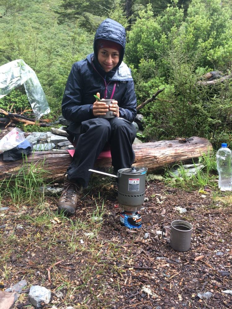 Miri bereitet leckeren Porridge im Regen vor